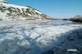 大部分雪氷に覆われている長沼