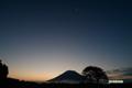 日の出前の羊蹄山と月