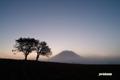 日の出間近の羊蹄山