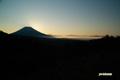 朝霧に覆われるニセコと羊蹄山