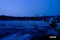 残雪の神仙沼と月