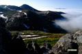 シャクナゲ山(左)と雲に浮かぶ昆布岳