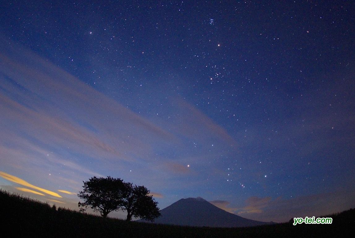 星空のサクランボの木と羊蹄山・火星