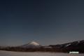 月明かりの羊蹄山と星空
