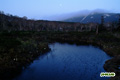 池塘と残月