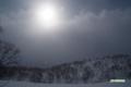 降り続く雪と弱い陽射し