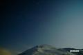 月に照らされた「ニセコアンヌプリ」と「夏の大三角」
