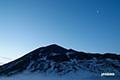 日の出前のニセコアンヌプリ・月