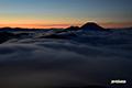 陽の出前の雲海とシルエットの羊蹄山