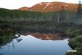 朝陽に染まる山と陽が当たる直前の湿原