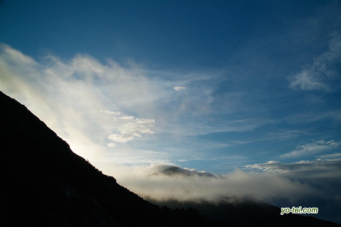 早朝の空~雲に包まれている山はニセコアンヌプリ