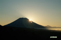 羊蹄山中腹から顔を出した太陽