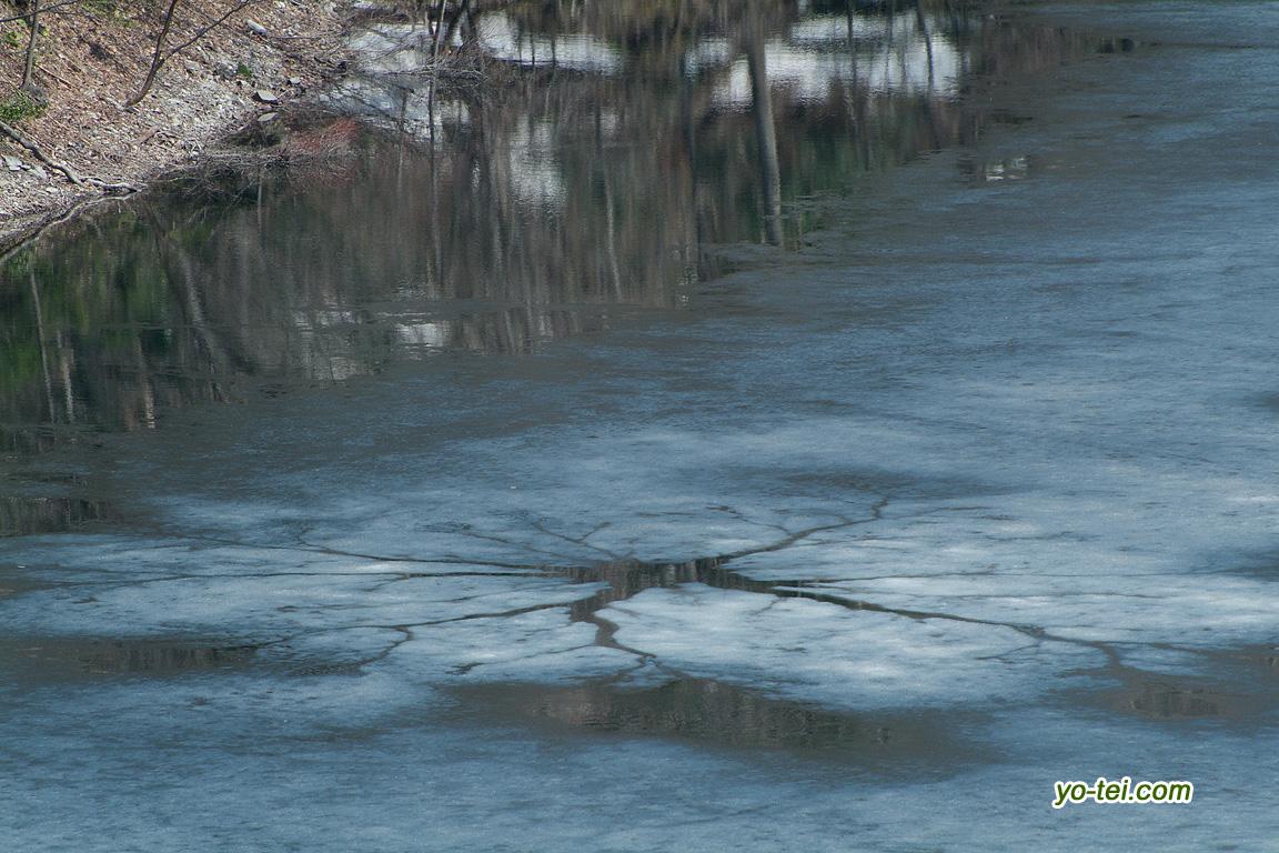氷が割れ始めた湖面