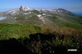 目国内岳(左)と岩内岳