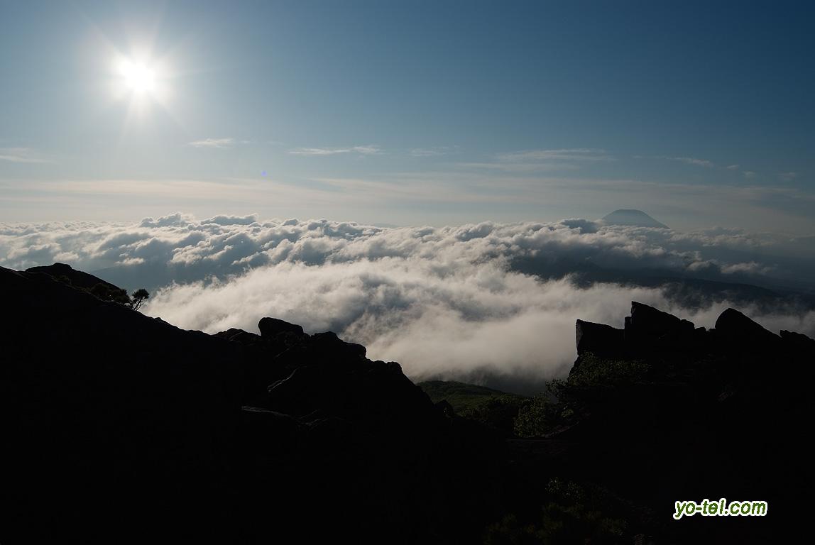 朝の太陽と雲海に浮かぶ羊蹄山