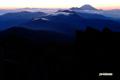 日の出間近のニセコ連峰東部と羊蹄山