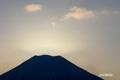 日が顔を出す直前の羊蹄山