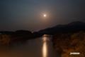 月と尻別川