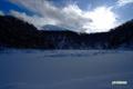 雪の半月湖と羊蹄山