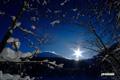 湖畔からの羊蹄山と太陽
