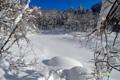 雪に覆われた半月湖