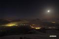 月と倶知安町付近の夜景
