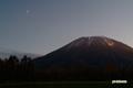 夕刻の羊蹄山と月