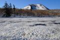 残雪の神仙沼とチセヌプリ