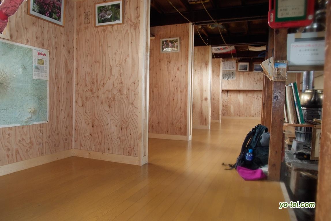 改修された避難小屋内部