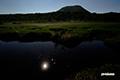 月夜の湿原~池塘に映える月