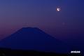 地球照の月とシルエットの羊蹄山