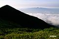 霞む昆布岳(シルエットの山はニセコアンヌプリ南峰)