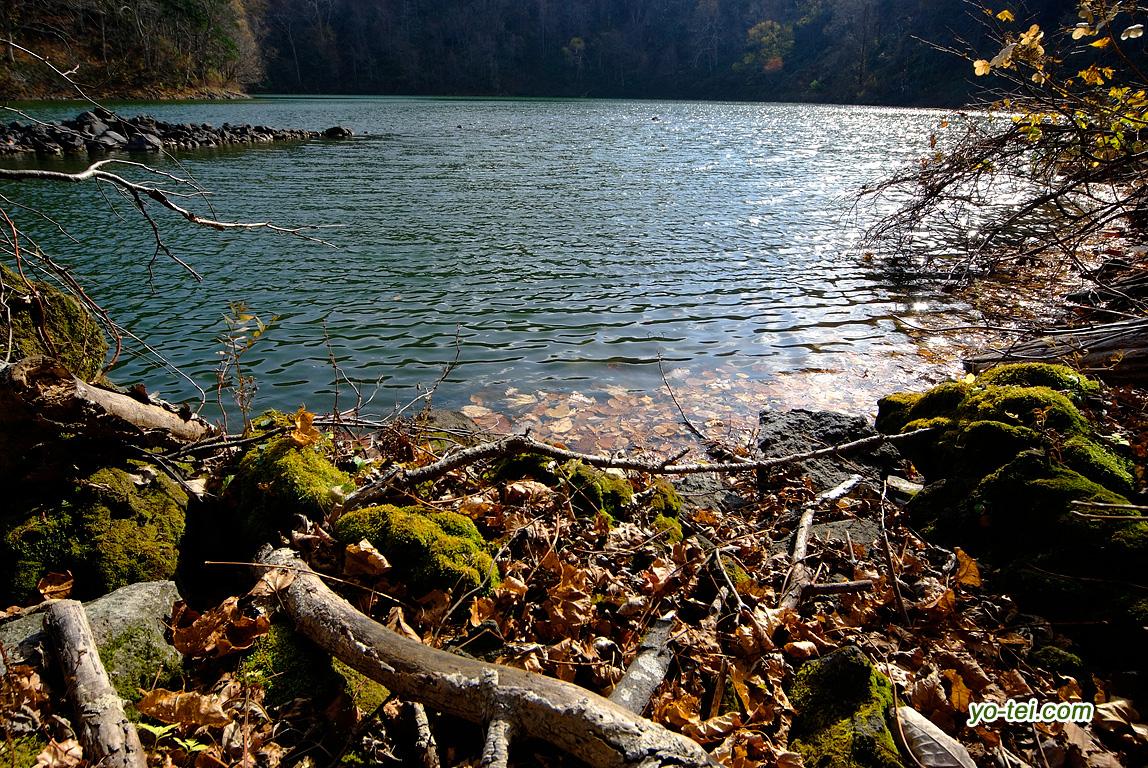 晩秋の半月湖