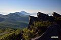 山頂部の岩塊とニセコ連峰・羊蹄山