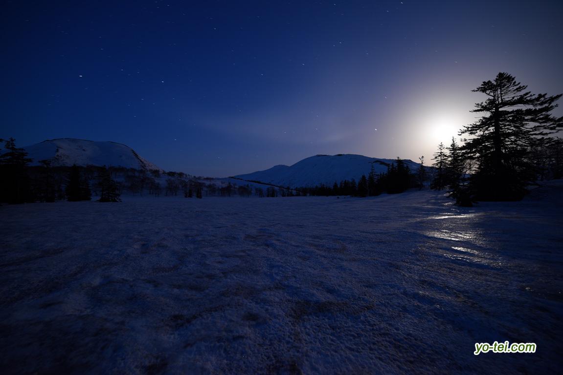 月夜~残雪の神仙沼湿原